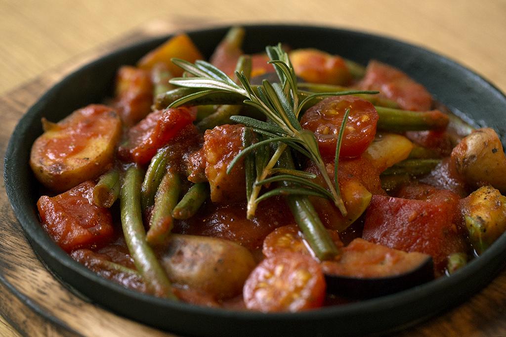 Ресторан Dusha - фотография 15 - Рататуй в томатном соусе с розмарином.
