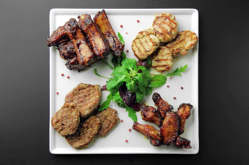 Ресторан Pool Bar & Grill - фотография 2 - Тарелка мясных диликатесов