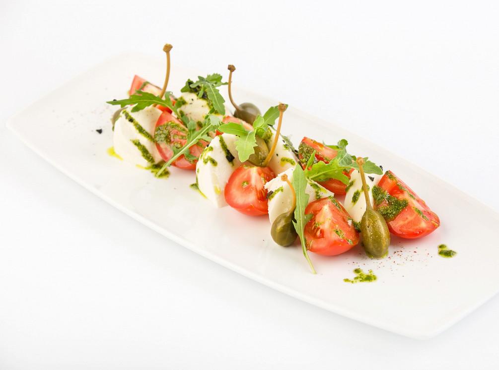 Ресторан Рассольников - фотография 13 - Моцарелла с томатами, рукколой и соусом песто