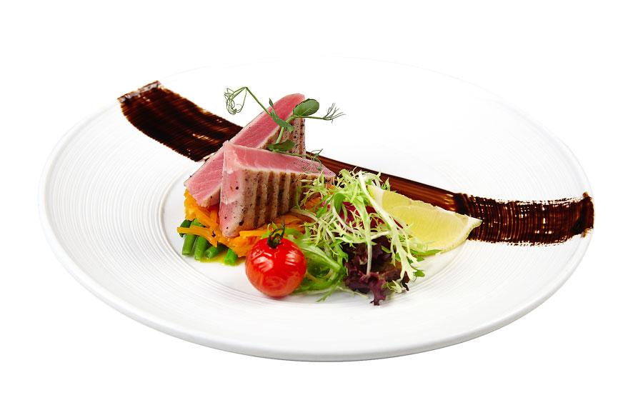Ресторан Де Марко - фотография 33 - Средиземноморский тунец с кенийской фасолью:  Филе всеми любимого тунца обжаренное на гриле, с гарниром из кенийской стручковой фасоли, составит прекрасную пару с бокалом сухого белого вина.