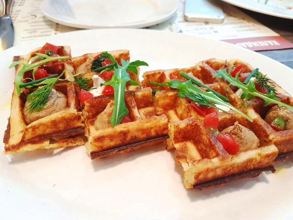 Ресторан Колбасофф - фотография 1 - Вафли с паштетом из оленины