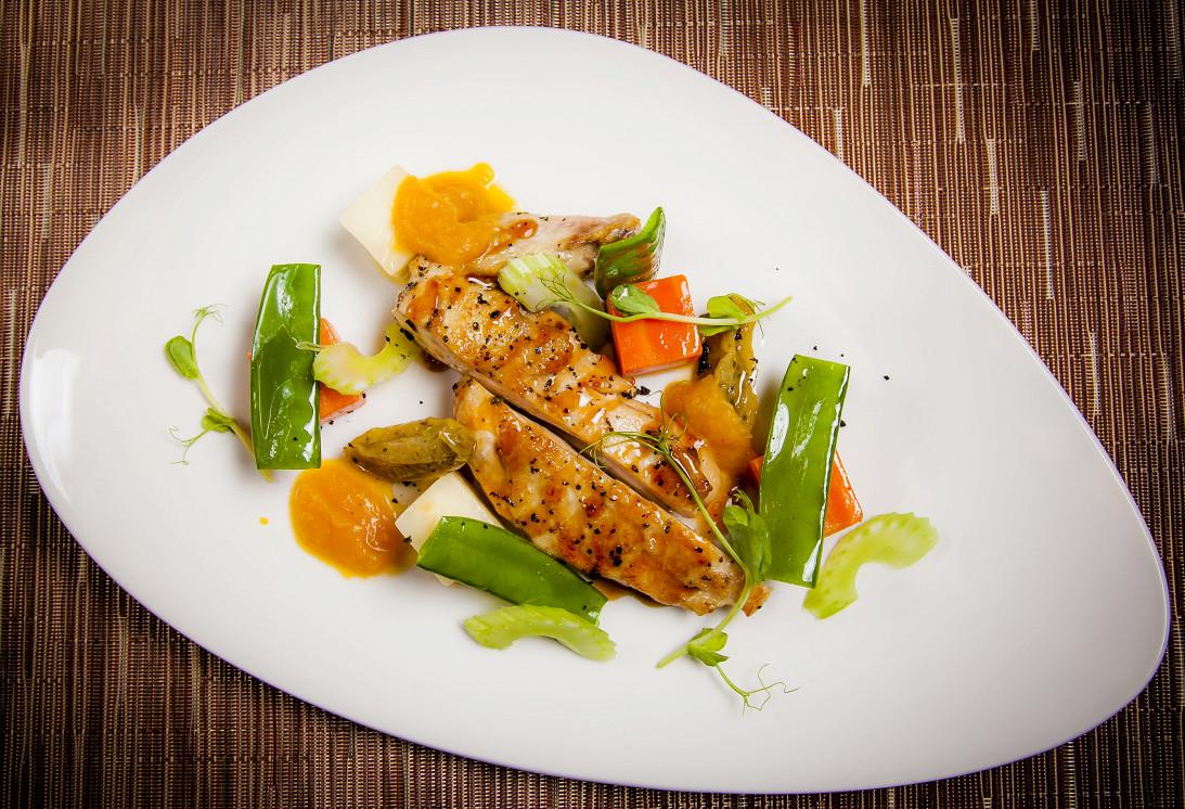 """Ресторан Акапелла - фотография 7 - Куриная грудка """"су-вид"""" с паровыми овощами, зелеными томатами и соусом из тыквы."""
