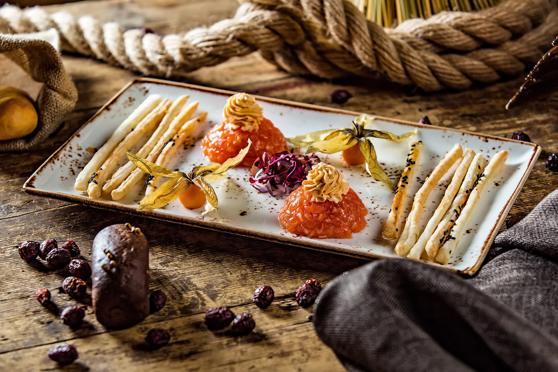 Ресторан Лен - фотография 5 - Мелко рубленное филе из семги, заправленное оливковым маслом с цедрой лимона, сервированное гриссини из слоеного теста и воздушным соусом из сливок.
