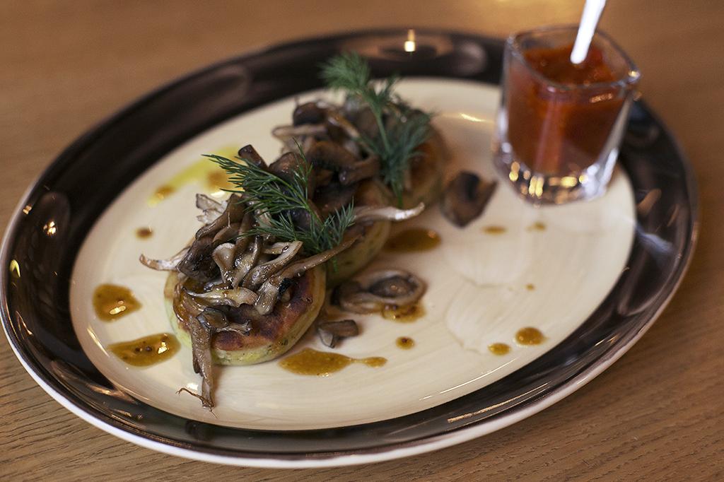 Ресторан Dusha - фотография 16 - Картофельные котлеты с грибами и медово - горчичным соусом.