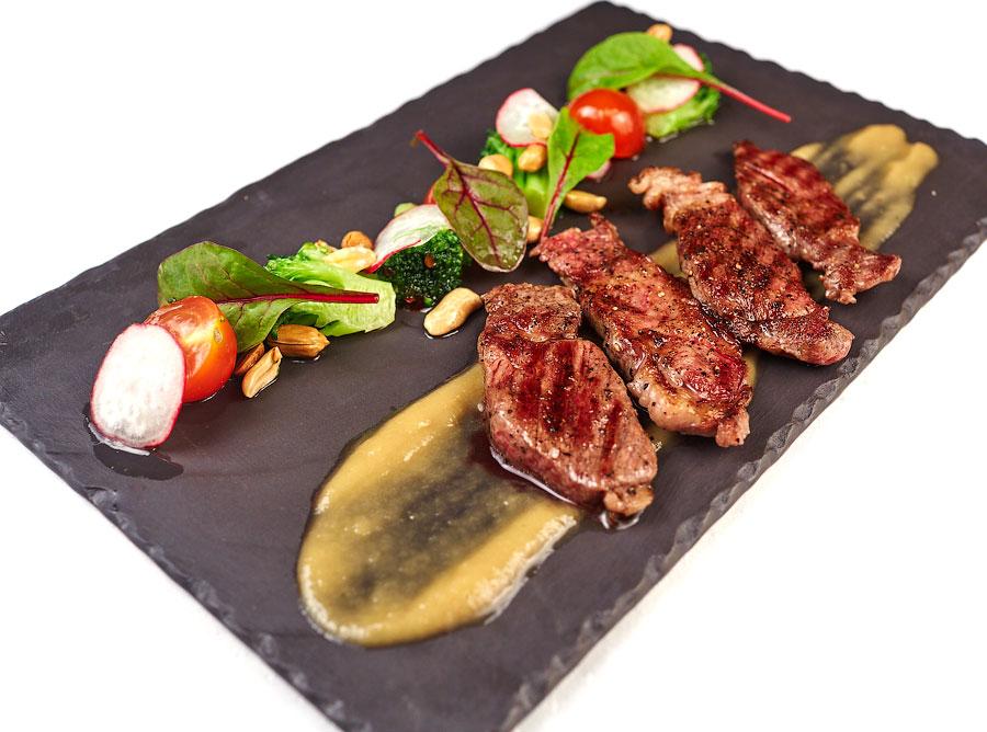 Ресторан Де Марко - фотография 2 - Биф-салат с телятиной и горчичным соусом