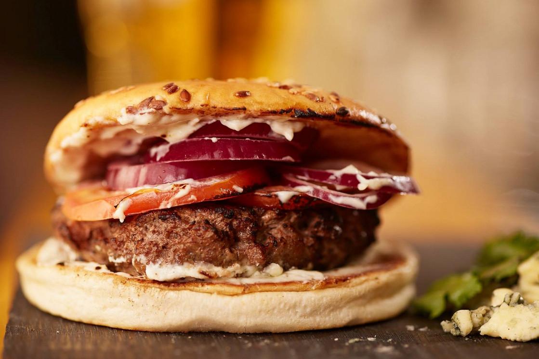 """Ресторан Burger Heroes - фотография 5 - Фирменный бургер """"Барон Дюпон"""" с муссом из сливочного сыра и дор блю"""