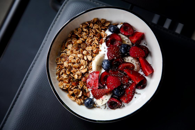 Ресторан Tehnikum - фотография 10 - йогурт, гранола, ягоды, чиа
