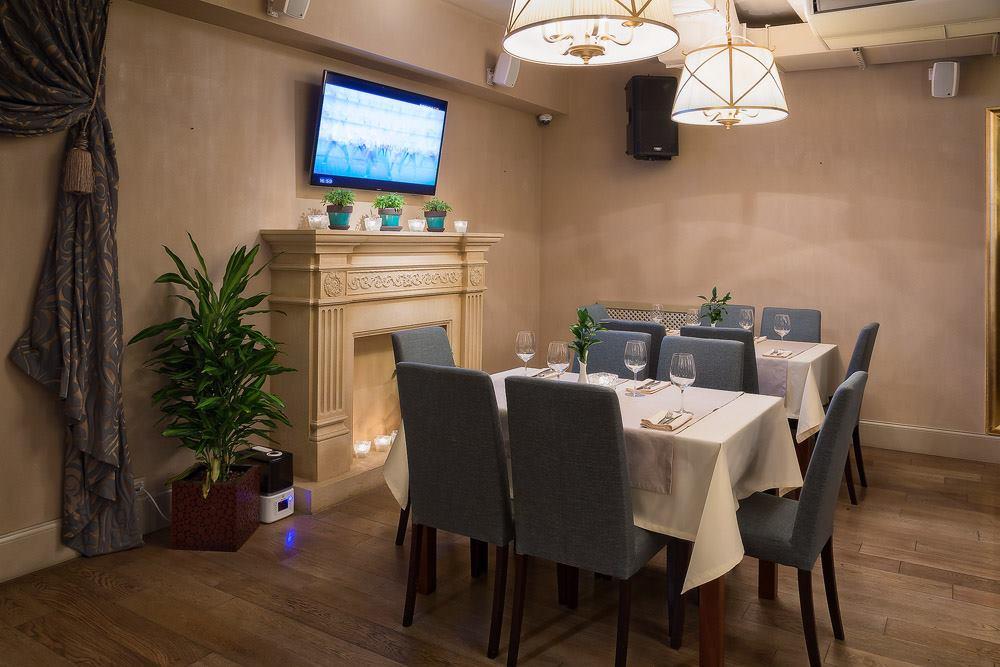 Ресторан Маджесто - фотография 7 - Каминная зона в основном зале