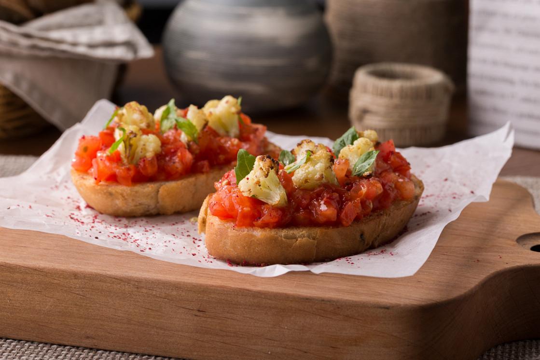 Ресторан Schengen - фотография 11 - Брускетта с томатами и цветной капустой