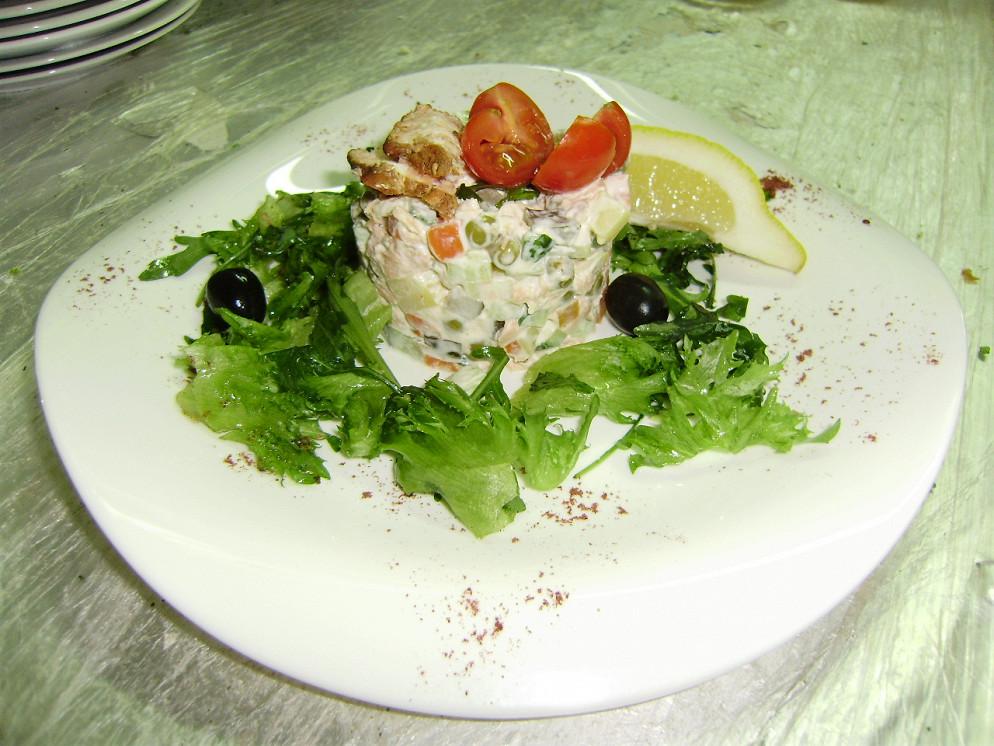 Ресторан Атриум - фотография 32 - Салат «Адмиралтейский» с подкопчённой рыбкой