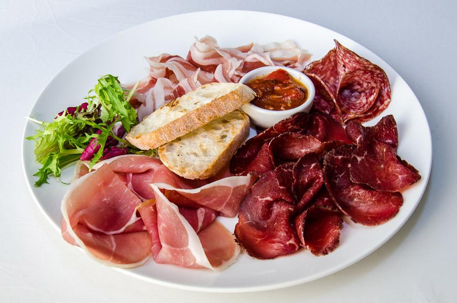 Ресторан Де Марко - фотография 16 - Ассорти из итальянских колбас (Брезаола, Панчетта, Салями , Пармская ветчина) с соусом «Арабьятта», брускеттами и микс-салатом.