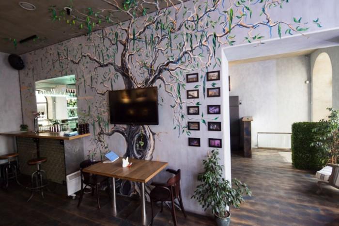 Ресторан Gradus Bar - фотография 3 - Зелёное дерево, подсвечивается ультрафиолетом по вечерам.