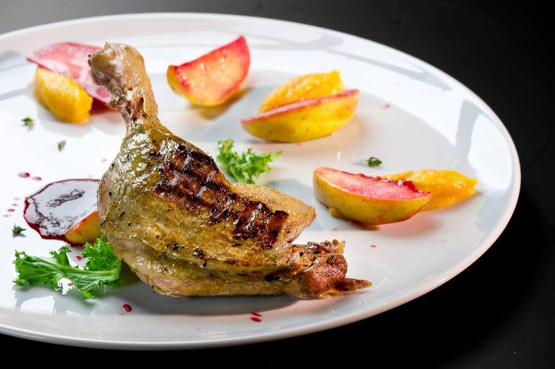 Ресторан Pool Bar & Grill - фотография 10 - Утиная нога с яблоками в кальвадосе