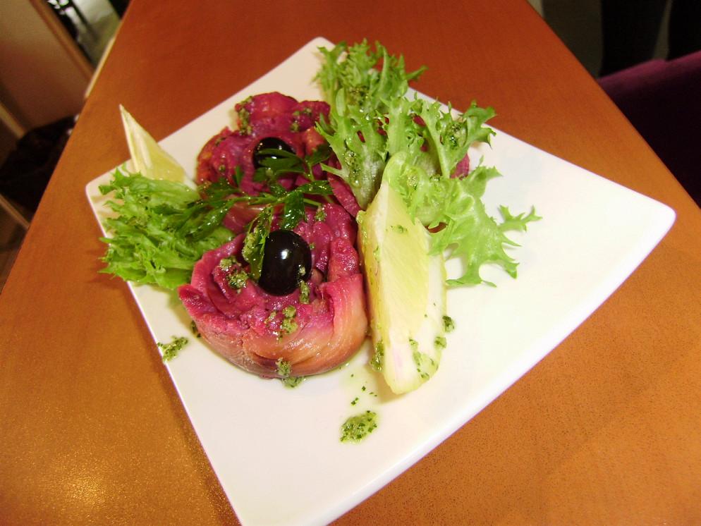 Ресторан Атриум - фотография 34 - Лосось шеф-посола с соусом песто и оливками