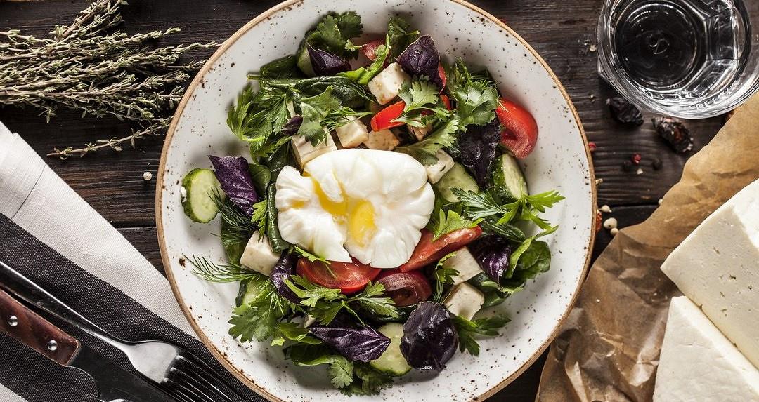 Ресторан Джонджоли - фотография 5 - Салат с Имеретинским сыром и яйцом пашот