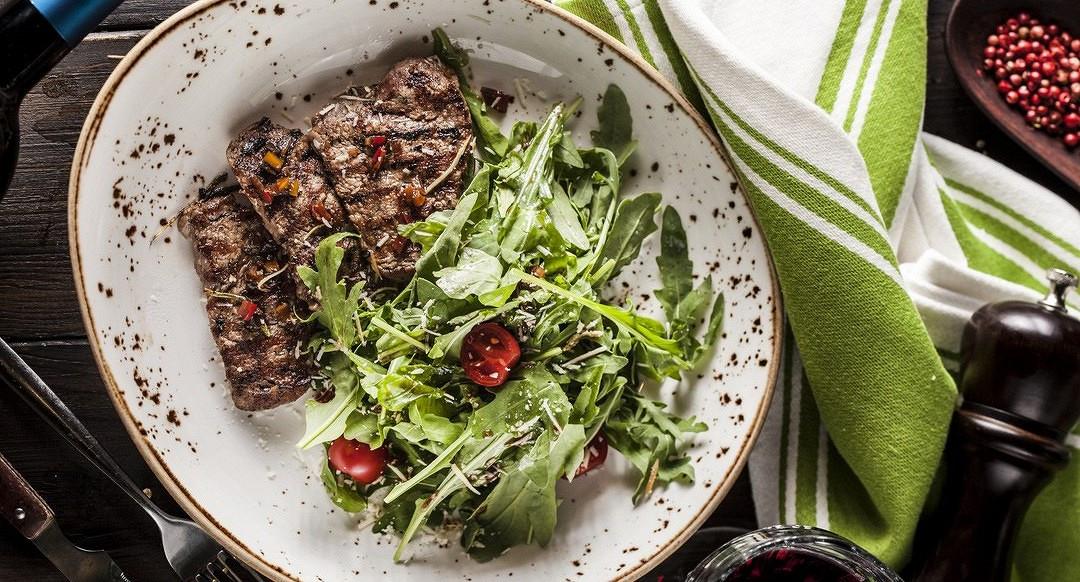 Ресторан Джонджоли - фотография 1 - Салат с медальонами из телячьей вырезки