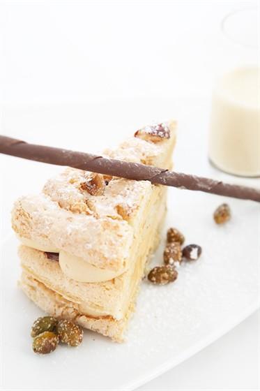 """Ресторан Lightbar - фотография 11 - """"Саксэ"""" - миндальный бисквит с лесным орехом и нежным сливочным пралине"""