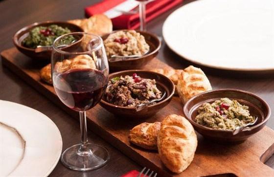 Ресторан Saperavi Café - фотография 40 - Ассорти из пхали и мчади-кукурузные лепешки