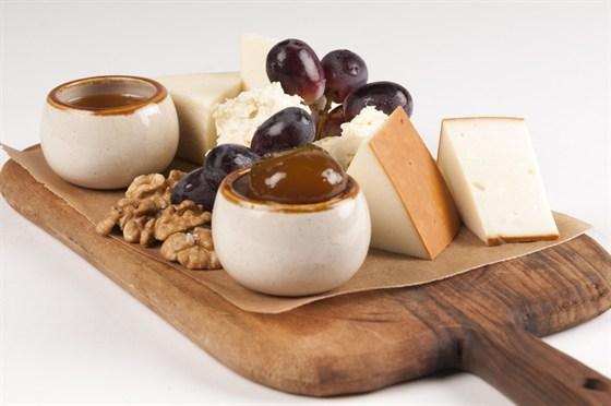Ресторан Saperavi Café - фотография 51 - Сырное плато с луговым медом, вареньем из инжира, орехами и виноградом