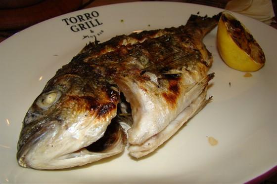 Ресторан Torro Grill - фотография 16 - Дорадо на гриле с травами, чесноком и лимоном