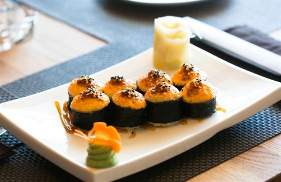 """Ресторан Twiggy - фотография 6 - Ресторан """"Twiggy"""", фирменный ролл с крабом, лососем, тунцом под сыром филадельфия"""