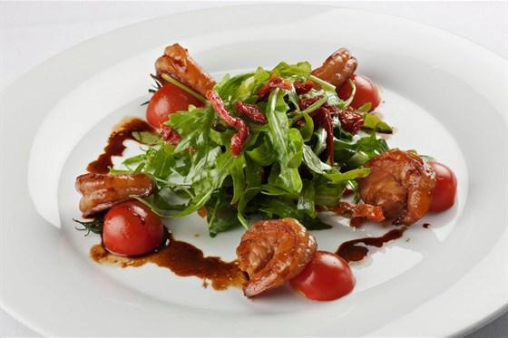 Ресторан Метаморфоз - фотография 14 - Жаренные тигровые креветки, маринованные в сладком чили соусе, салатом руккола, с заправкой из пряностей