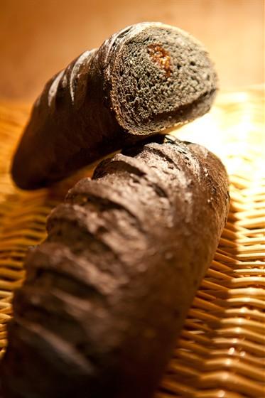 """Ресторан Булка - фотография 12 - Угольный хлеб """"Детокс"""""""