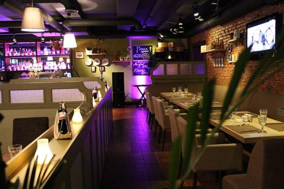 Ресторан Биффиш - фотография 11 - Уютные диваны вдоль стены.