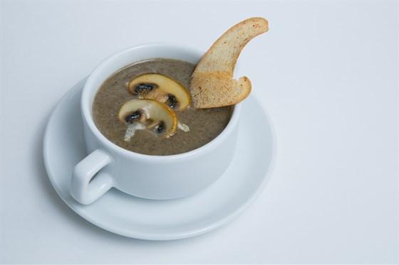 Ресторан Шуга - фотография 3 - Лёгкий грибной суп из шампиньонов с добавлением сливок, дополняется хрустящими гренками.