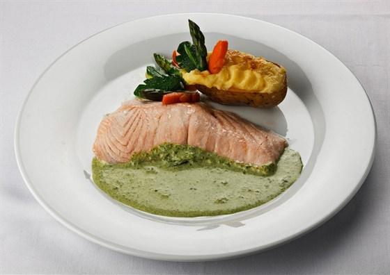 Ресторан Метаморфоз - фотография 10 - Паровой лосось с соусом шпинат картофельным пюре и отварными овощами