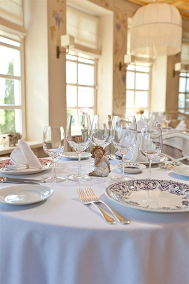 Ресторан La colline - фотография 15 - белый зал