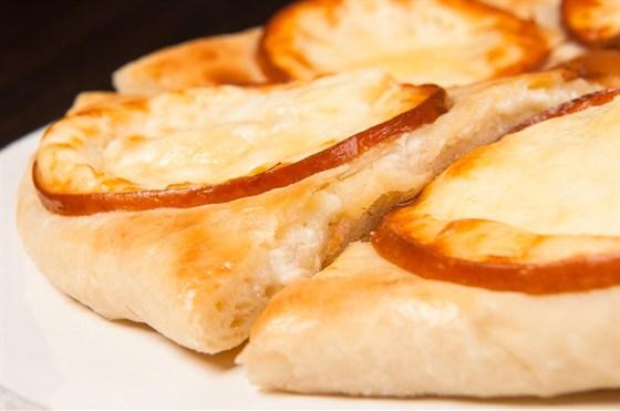 """Ресторан Saperavi Café - фотография 38 - Хачапури с копченым сыром """"сулгуни"""""""
