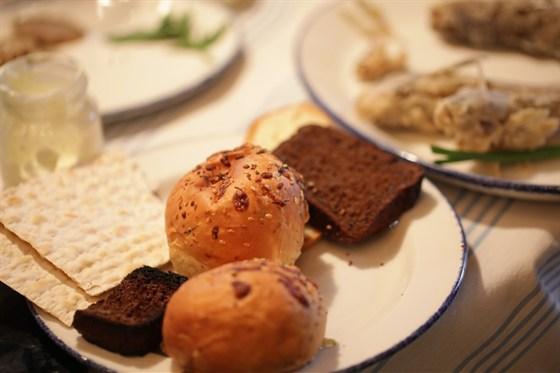 Ресторан Одесса-мама - фотография 5 - Хлеб и маца - всему голова