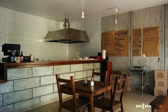 Ресторан Лапшичная с маленьким цветком в большом окне - фотография 2