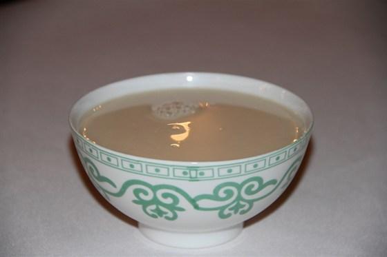 Ресторан Алтаргана - фотография 3 - Калмыцкий чай с маслом, солью и мускатным орехом.