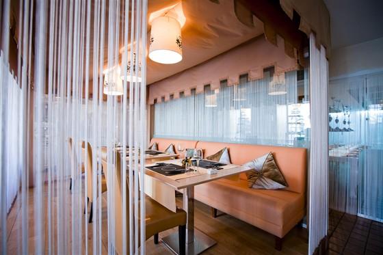 Ресторан Polenta - фотография 3 - Зал с канарейками