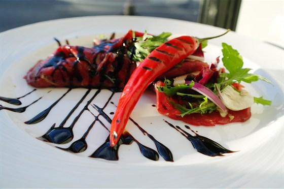 Ресторан Бенуа - фотография 26 - Нежнейшее карпаччо из мраморной говядины с миксом салатов