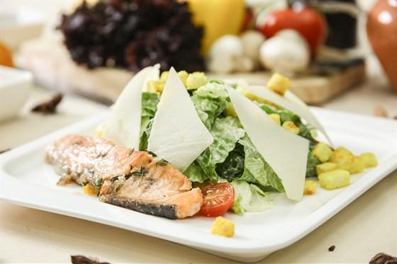 Ресторан La familia - фотография 56 - Цезарь с лососем гриль