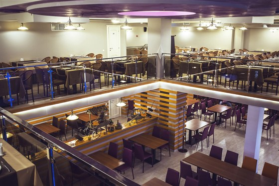 Ресторан Премьера - фотография 1 - Два этажа, двойной свет, авторский интерьер.