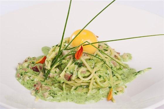 Ресторан 16th Line - фотография 11 - Меню. Спагетти карбонара с зеленым пером и яйцом.