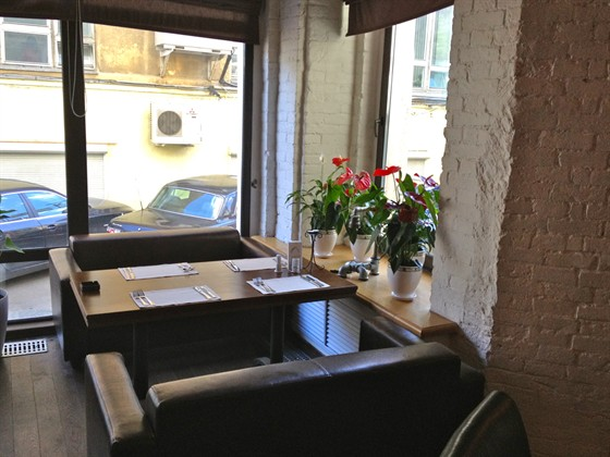 Ресторан Main Bar - фотография 7 - Столик в эркере, напротив бара