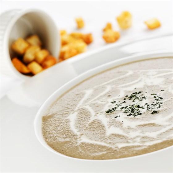 Ресторан Кабинет - фотография 5 - Крем-суп из белых грибов и шампиньонов, с чесночными гренками