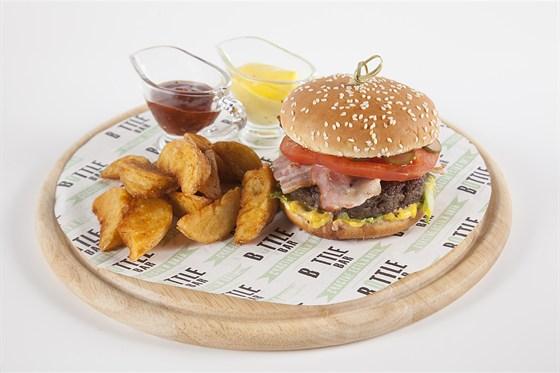 Ресторан Bottle Bar - фотография 1 - Фирменный BOTTLE-бургер с деревенским картофелем (470 руб.)
