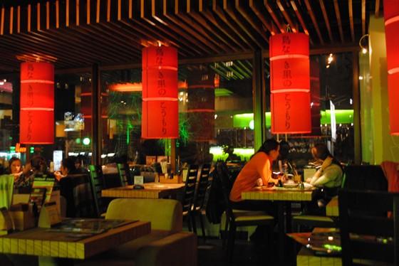 Ресторан Море суши - фотография 8 - В вечернее время особенно уютно от обилия огней.