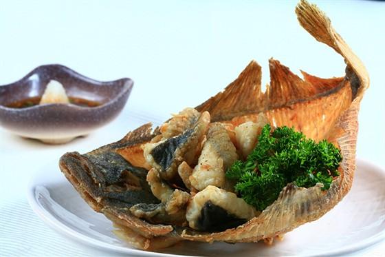 Ресторан Желтое море - фотография 9 - Карей карагэ - жареная камбала с соусом «Понзу»и дайконом