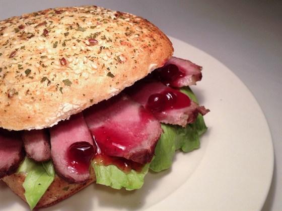 Ресторан Сэндвич-бар - фотография 20 - Сэндвич с уткой и брусничным соусом на булочке с кунжутом, льном и петрушкой -190 р.