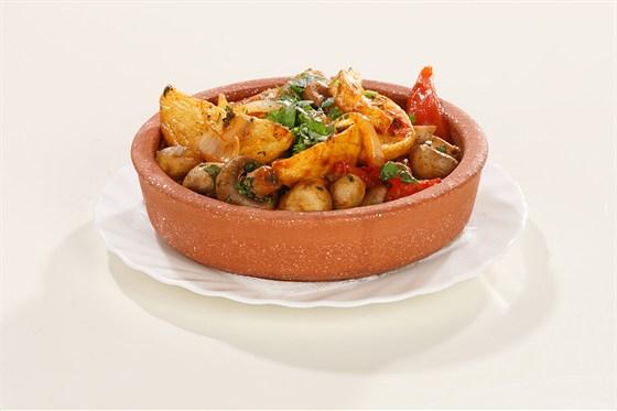 Ресторан Хинкальная на Щепкина - фотография 9 - Картошечка с грибами и помидорами - целое блюдо, вполне подойдет вегетарианцам.