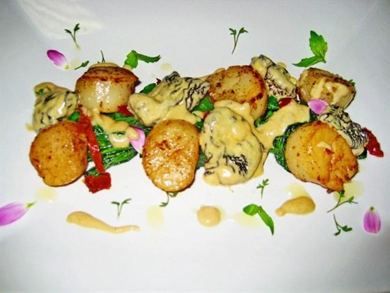 Ресторан Koonjoot - фотография 22 - Салат с гребешками в апельсиновом соусе с грибами шиитаке и сегментами грейпфрута/ Из зимнего спецпредложения ресторана&auto-corner Koonjoot.