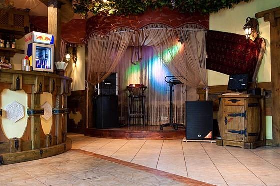 Ресторан Жажда вкуса - фотография 25 - Сцена. 2-й этаж