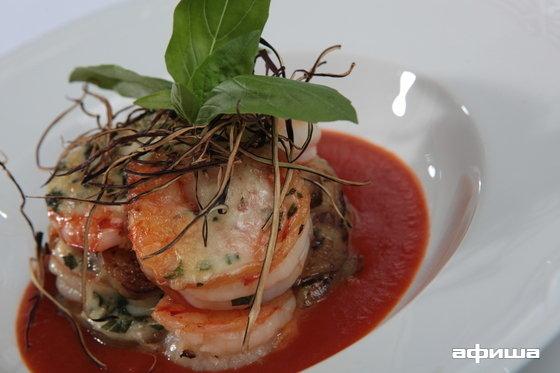 Ресторан More - фотография 6 - Тигровые креветки запеченные с баклажаном, сыром «Моцарелла» с соусом из свежих томатов